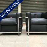 Ref : MC771 - Pair of arm-chairs LC2 in black grained leather