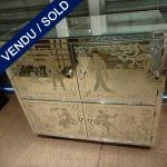 Ref : M228 - Commode 4 portes verre gravé avec personnages - VENDU